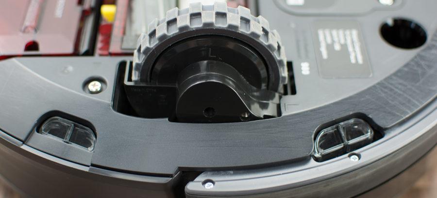 Gummierter Radantrieb und Sensoren (links)